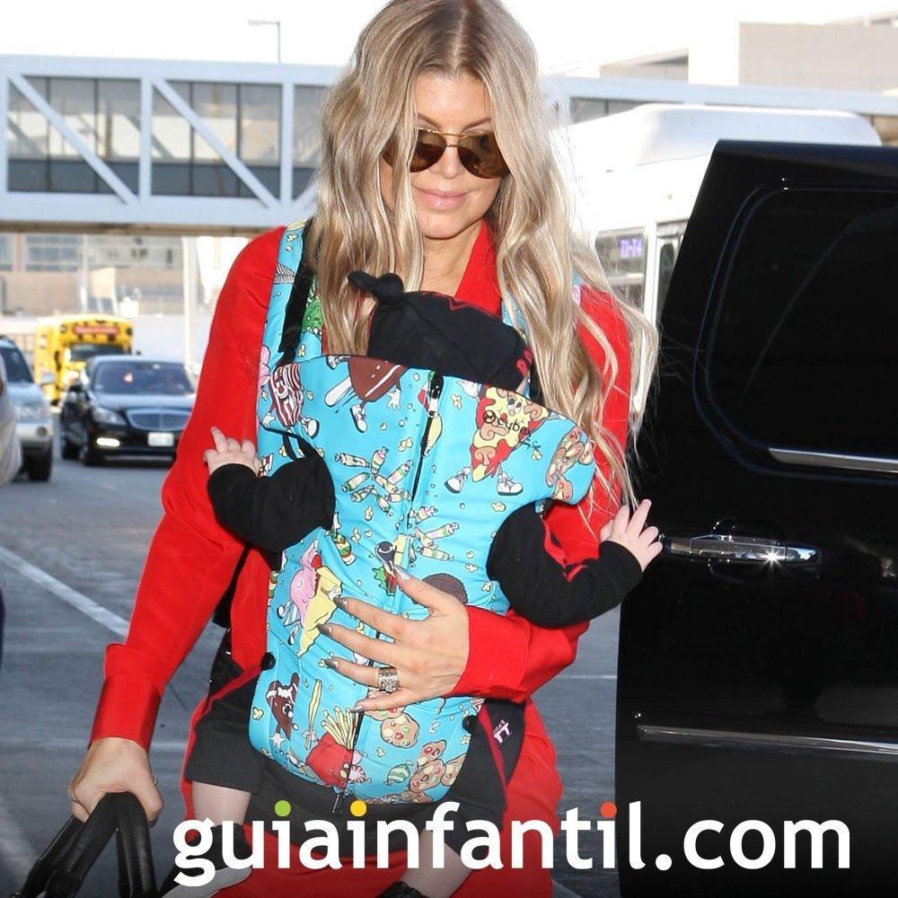 Fergie portea a su bebé con una mochila