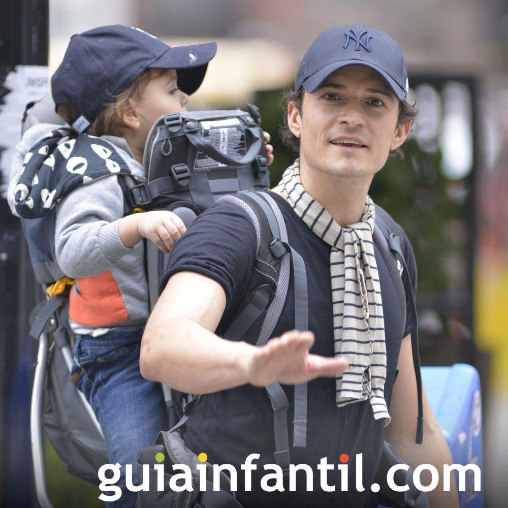 Orlando Bloom lleva a su bebé en una mochila