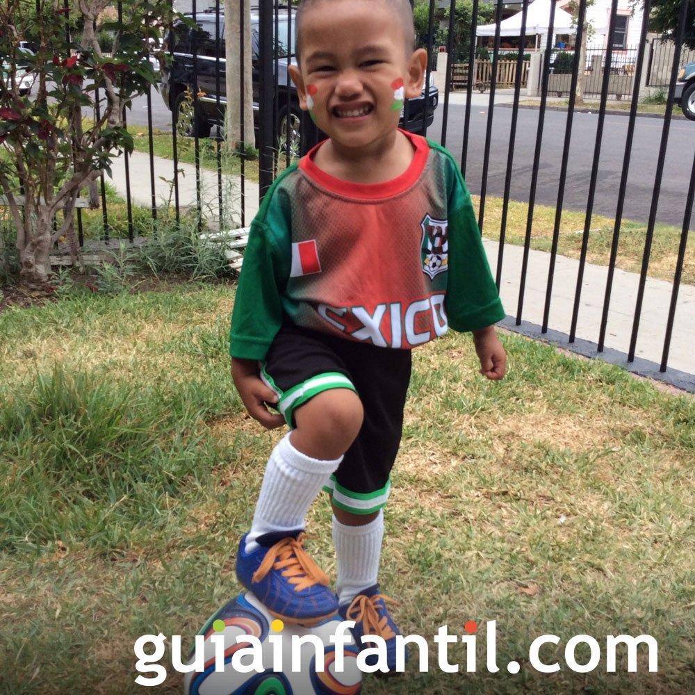 Domenec, de 2 años con la camiseta de México