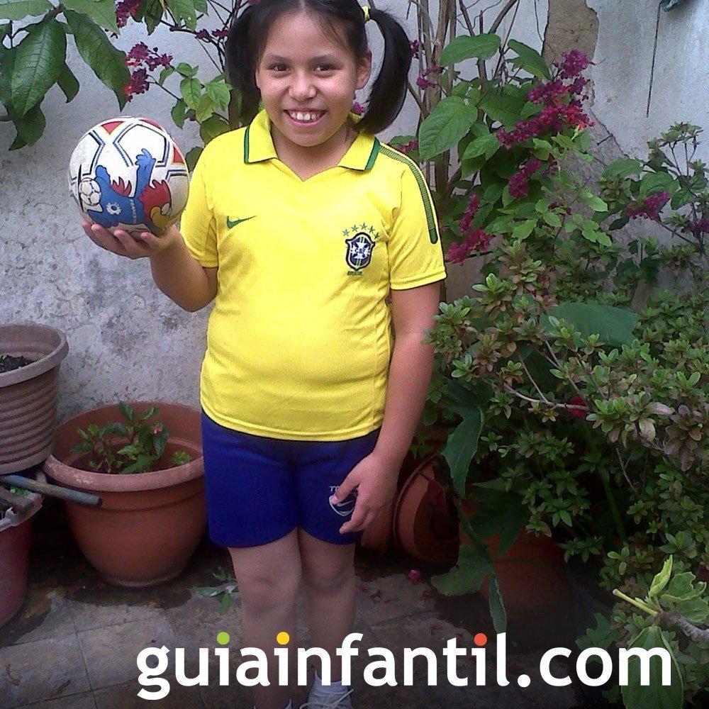 Victoria Nohemy, de 8 años con la camiseta de Brasil