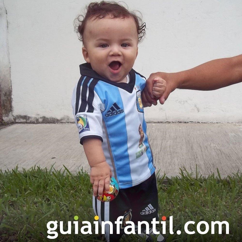 Allan Emilio, de 7 meses con la camiseta de Argentina