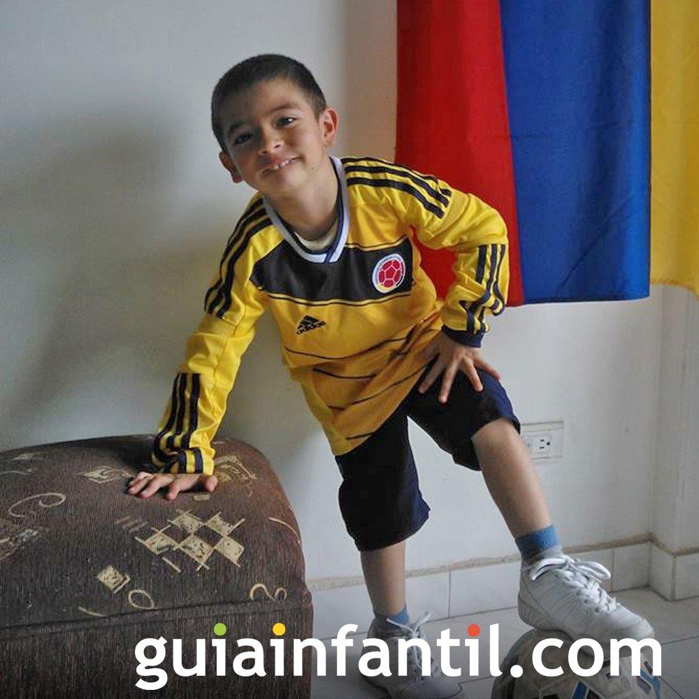 David, de 4 años, con la equipación de Colombia