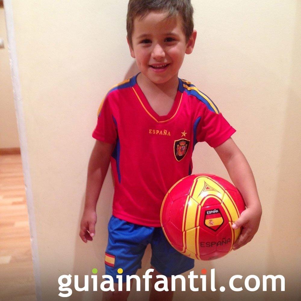 Rodrigo, de 5 años, con la camiseta de España