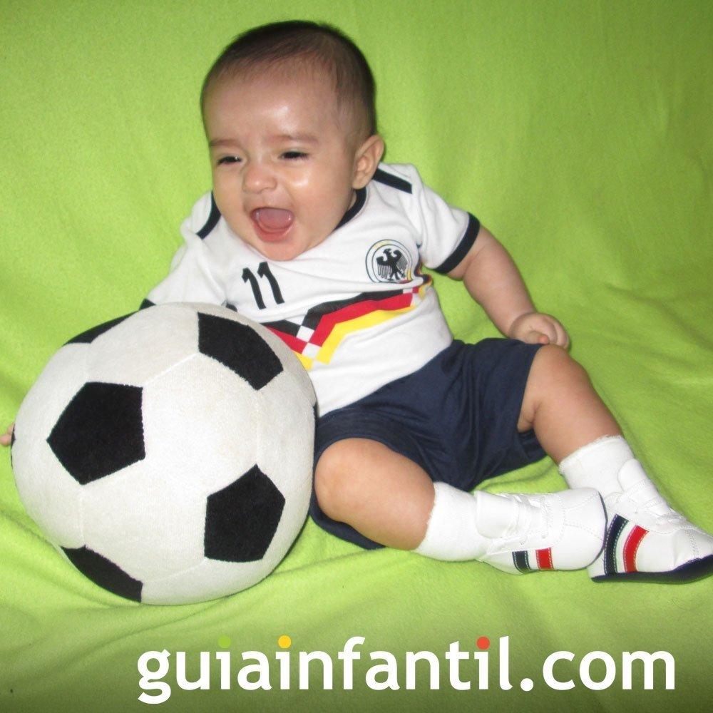 Matthew, de 6 meses con la camiseta de Alemania