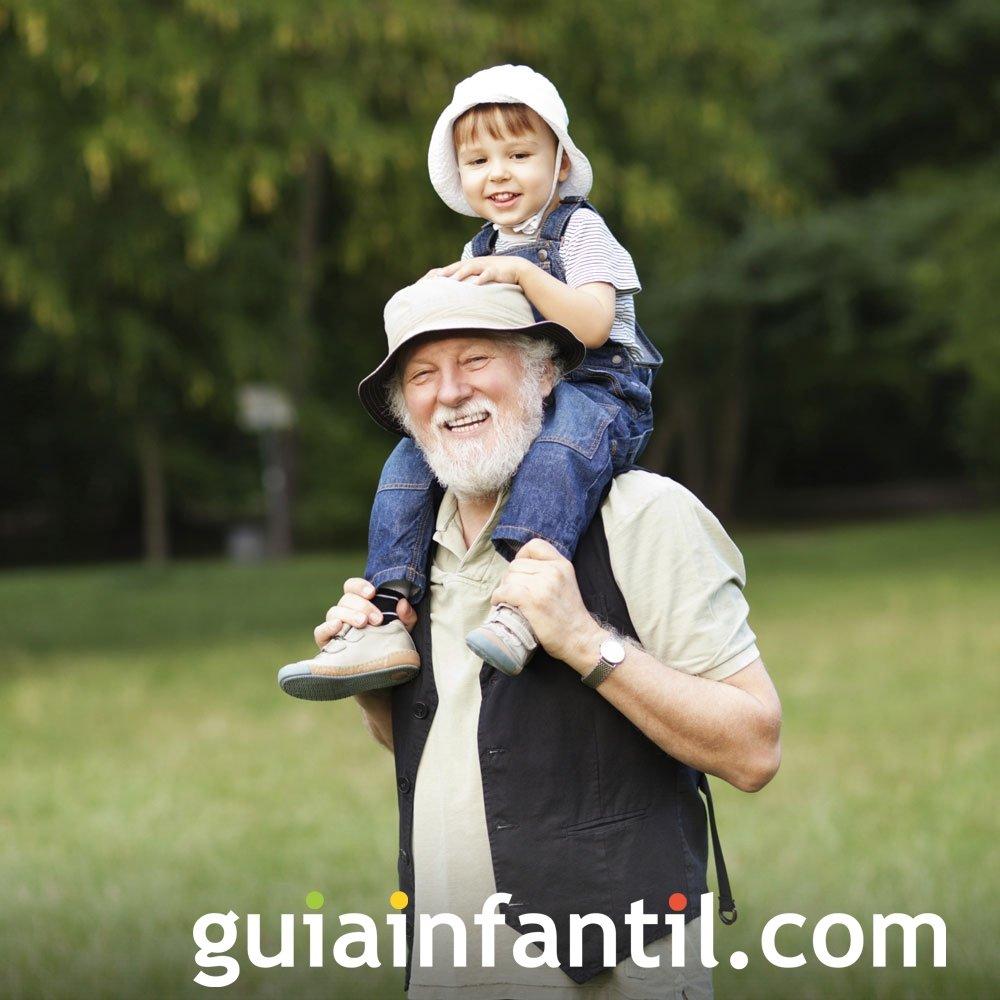 Abuelo jugando con nieto al hombro