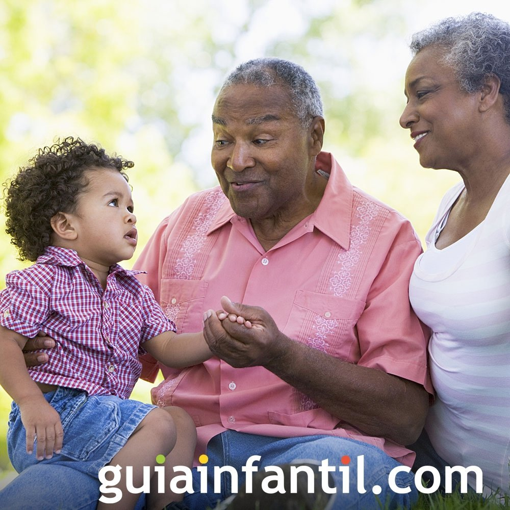 Los abuelos charlan y escuchan a los nietos