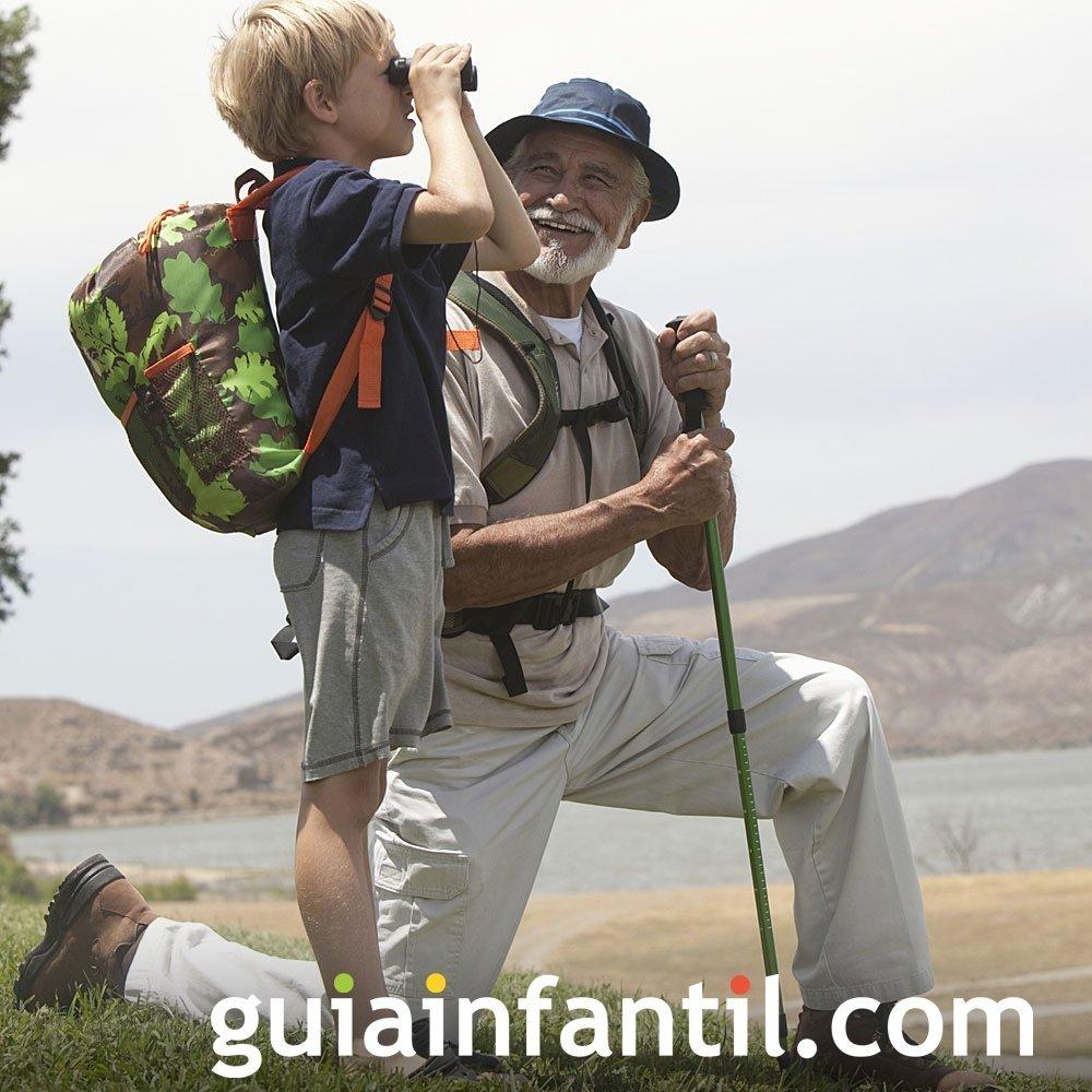 Abuelos enseñan a los niños a explorar la naturaleza
