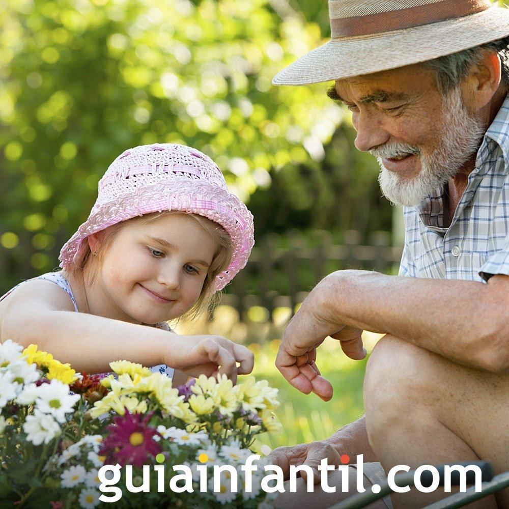 Abuelos enseñan a los niños a cuidar del jardín