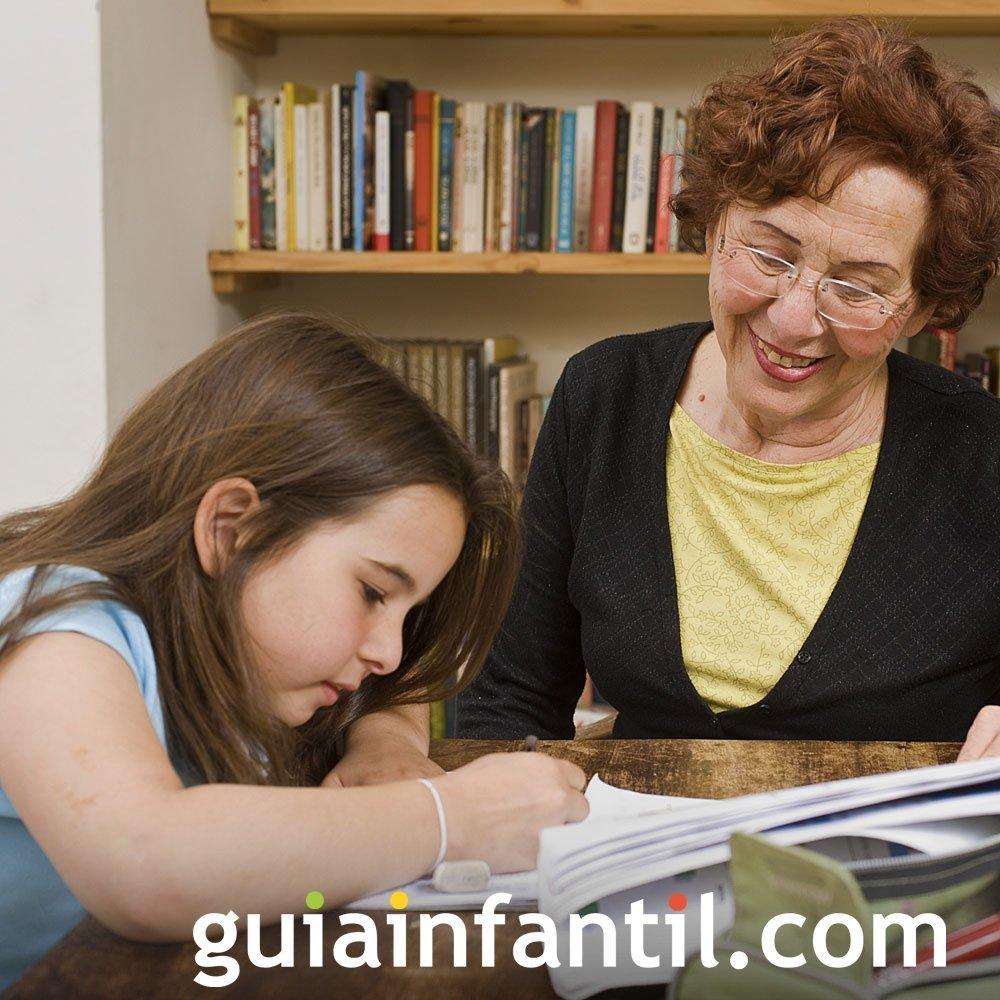 Los abuelos ayudan a los nietos en sus deberes escolares