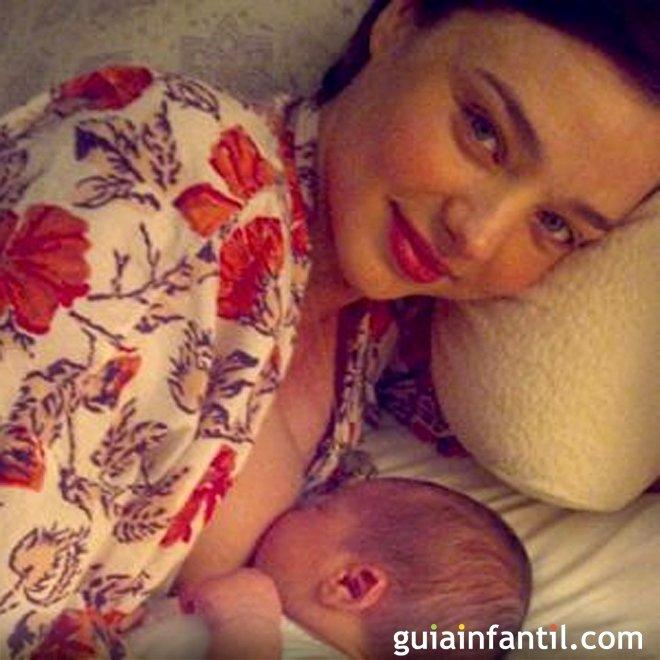 Miranda Kerr publica foto amamantando a su bebé