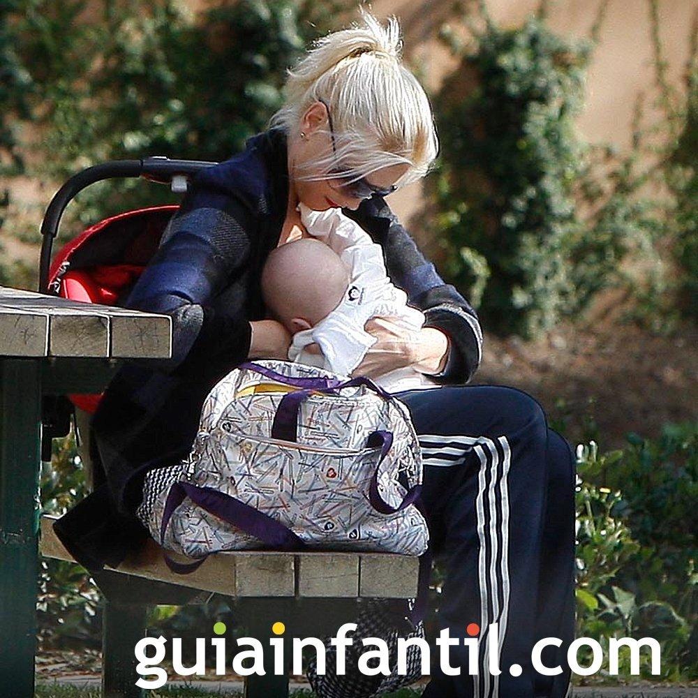 Maggie Gyllenhaal da el pecho a su bebé en el parque