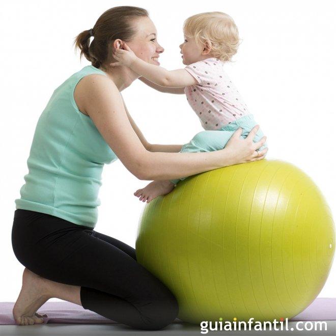 Ejercicios de posparto con tu bebé y una pelota