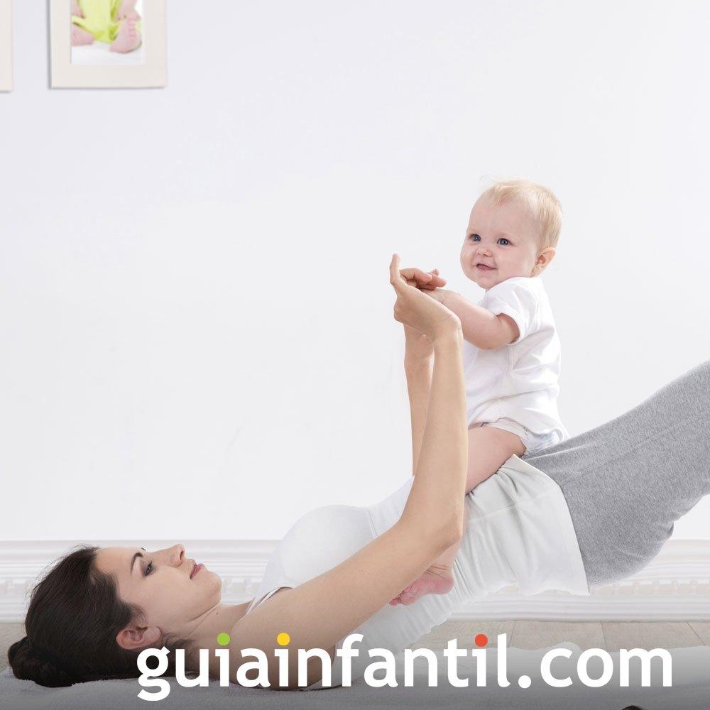 Ejercicios de pelvis con el bebé para el posparto