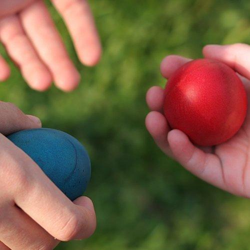Decorar huevos de Pascua de muchos colores