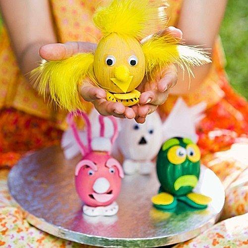 Decoración de huevos de Pascua con distintos materiales