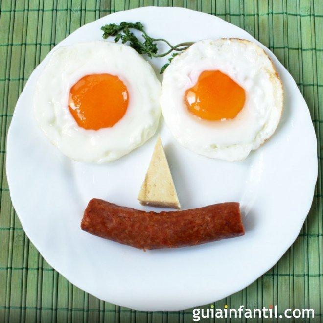 Cara de huevos y salchichas para niños