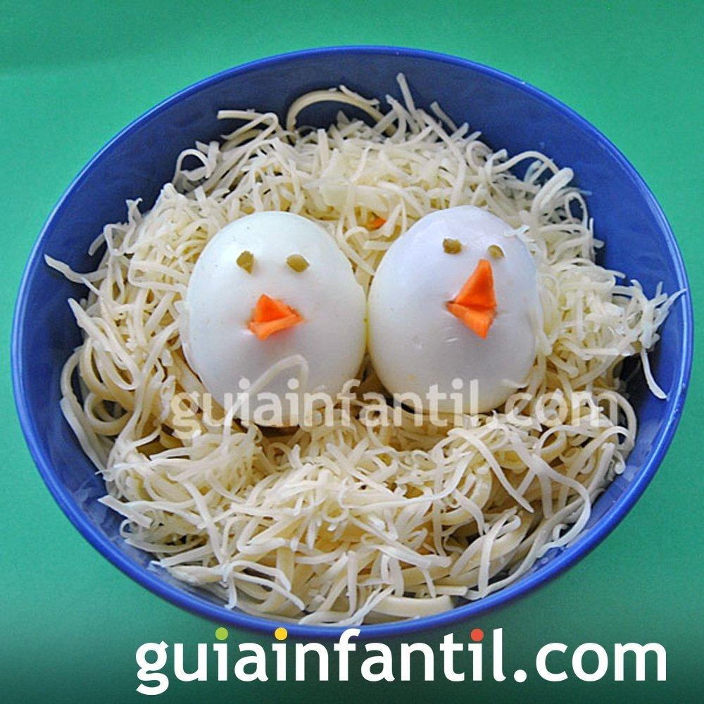 Pollitos de huevo en nido de espaguetis con queso