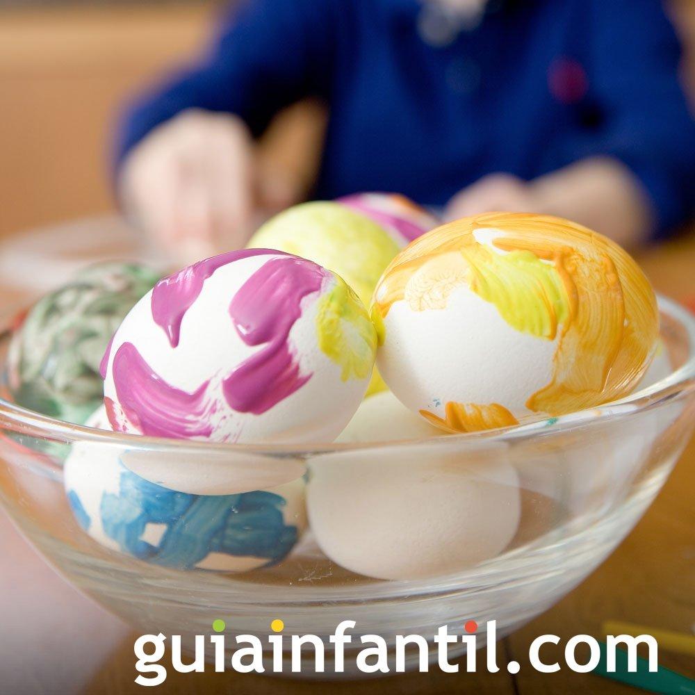 Decoración de huevos de Pascua con garabatos