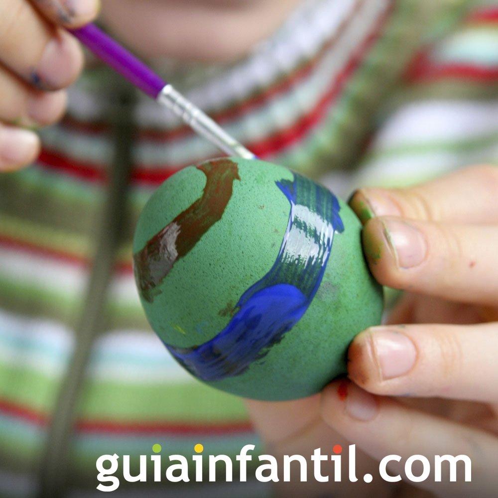 Decorar huevos de Pascua con rayas de colores