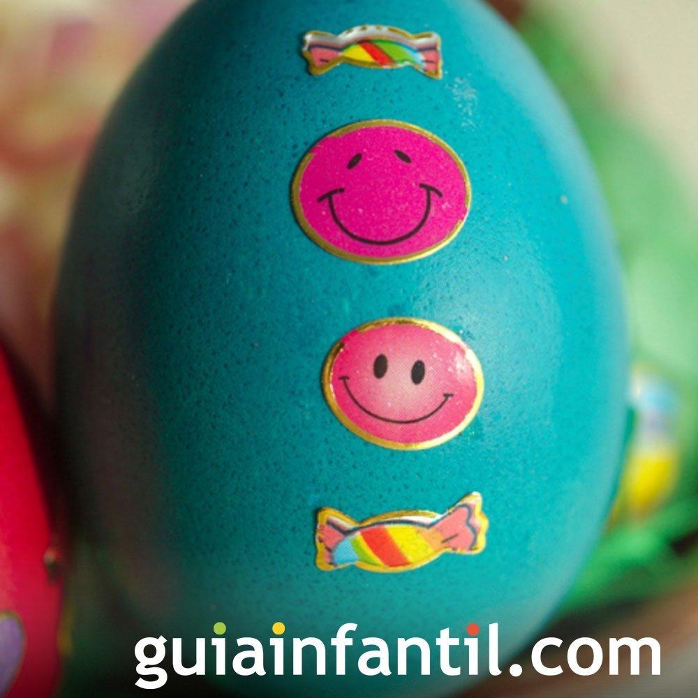 Decoración de huevos de Pascua con pegatinas