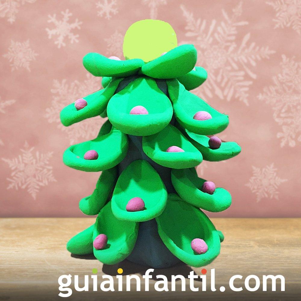 Árbol de Navidad hecho con plastilina para niños