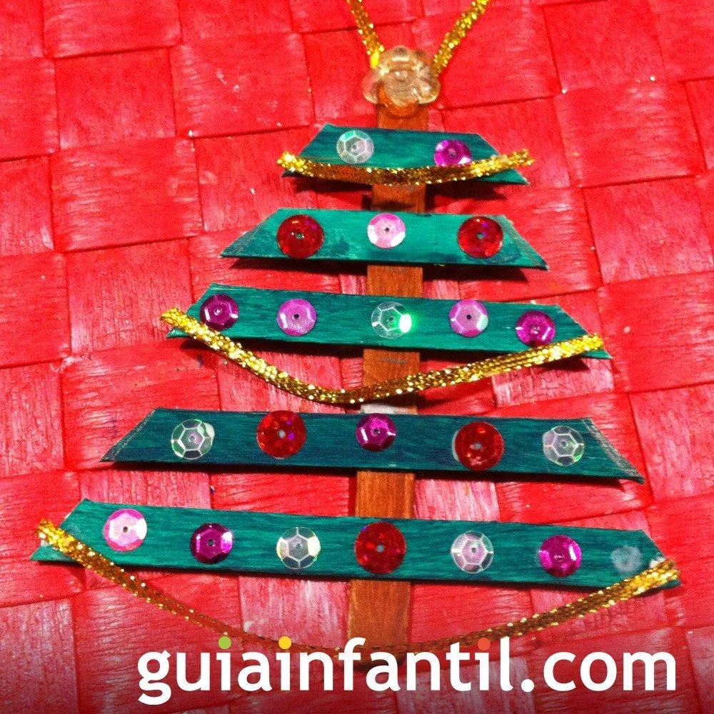 Utiliza lentejuelas para crear un árbol navideño