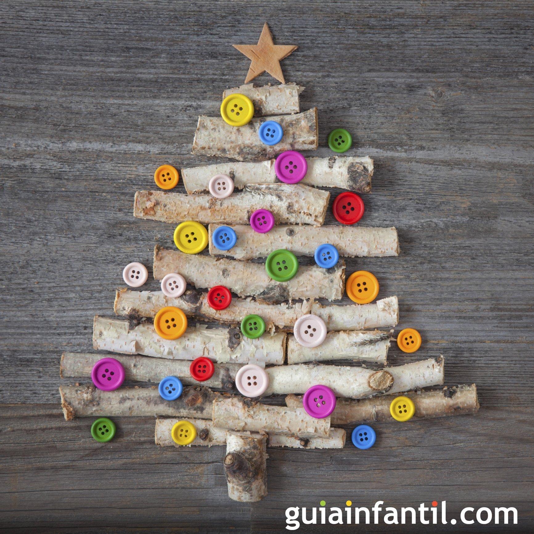 Un árbol de Navidad con botones y madera