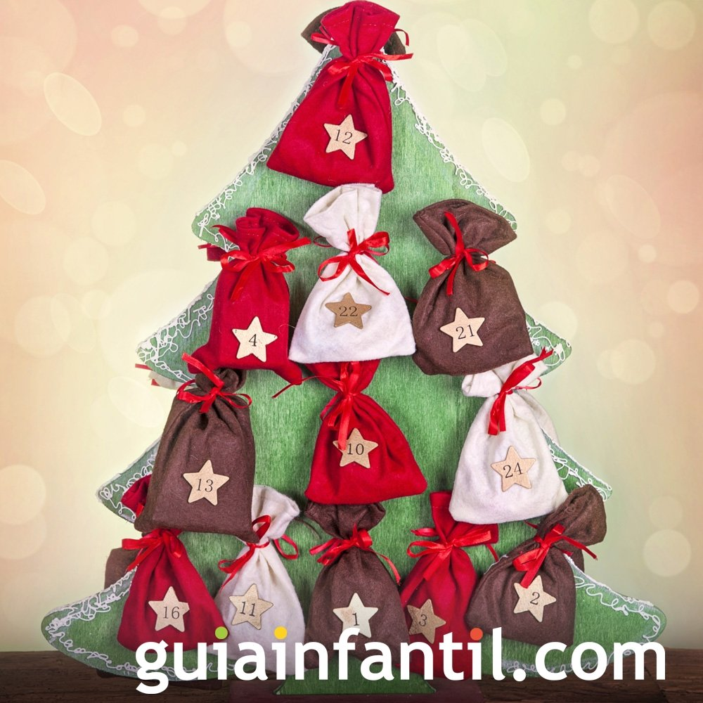 Calendario hecho de bolsas de tela en árbol de Navidad