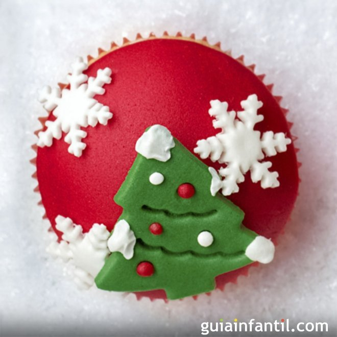 Cupcake con árbol de Navidad y copos de nieve