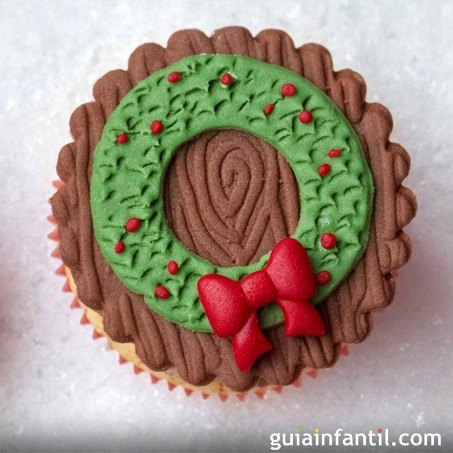 Cupcake decorado de corona navideña