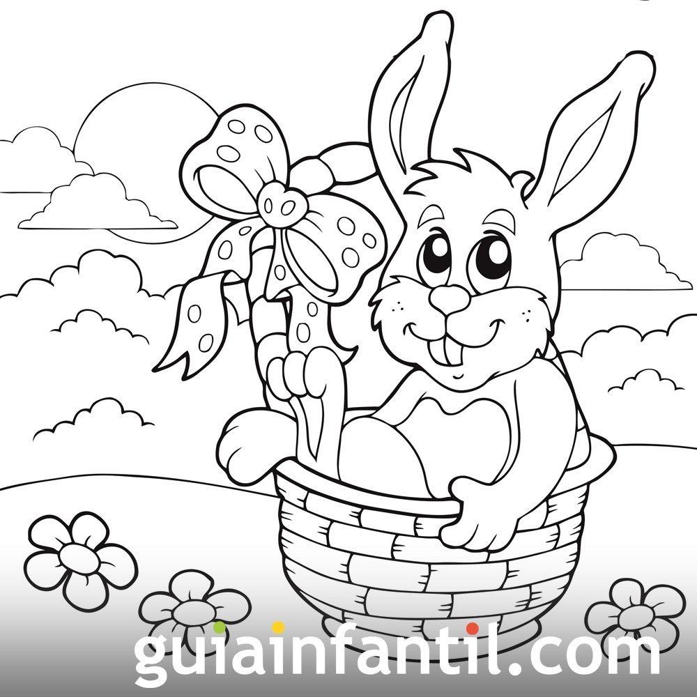 Conejo sentado dentro de una cesta de Pascua