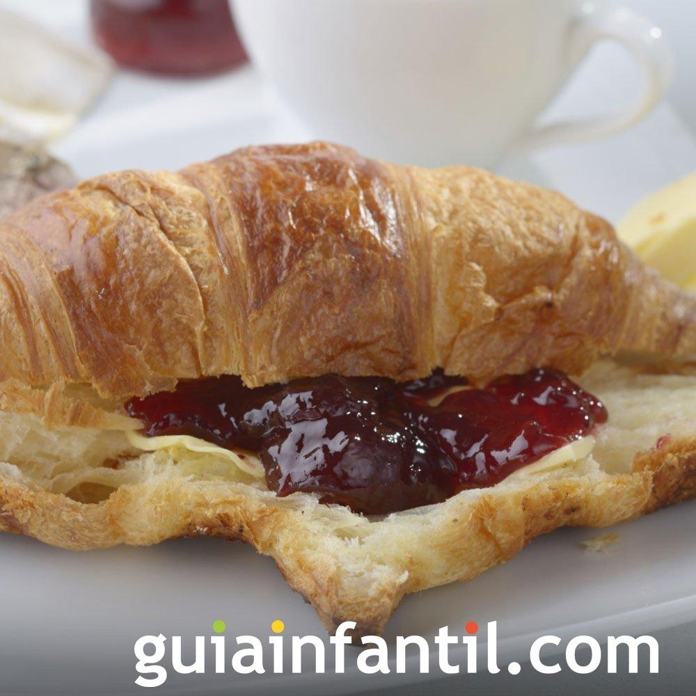 Aperitivo dulce de croissant con mermelada