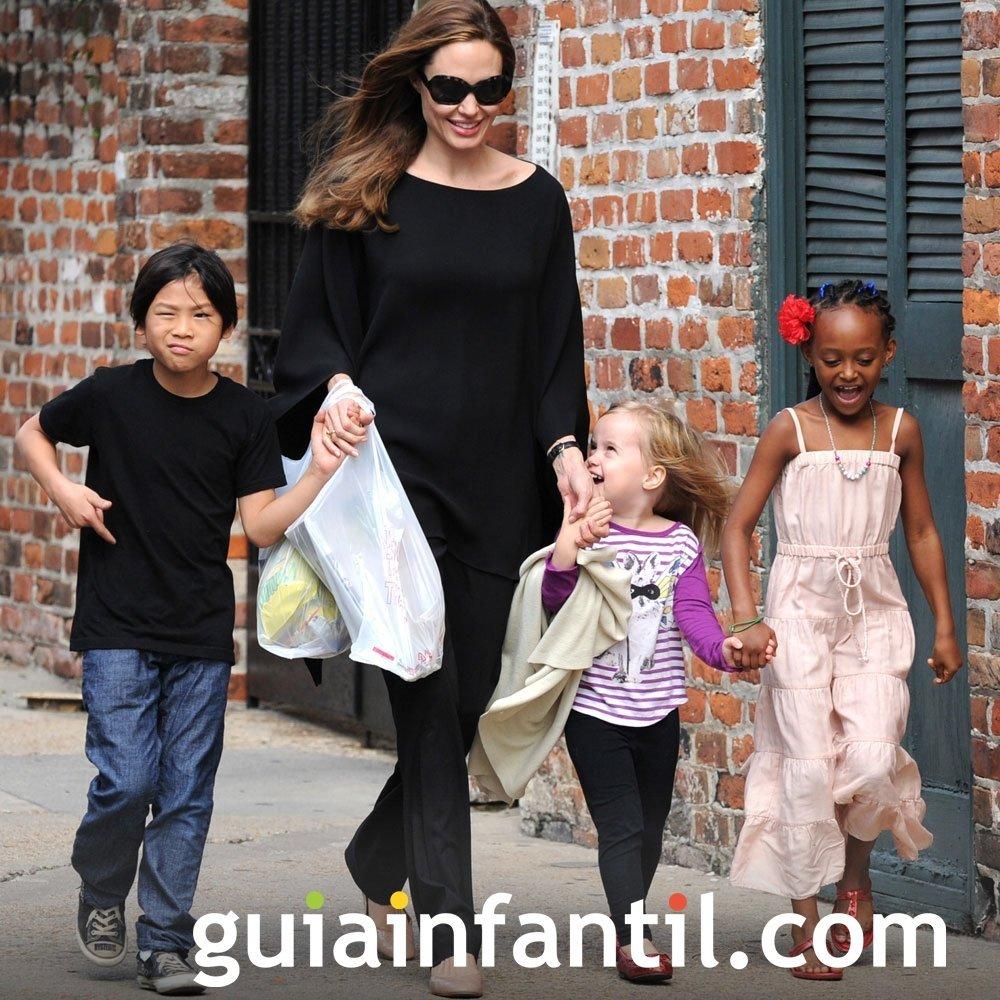 Angelina Jolie pasea con sus hijos