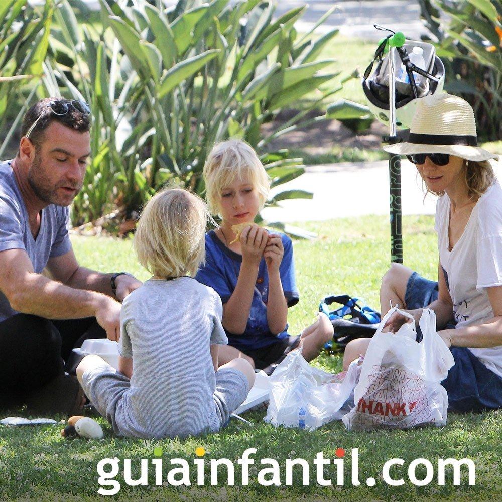 Naomi Watts de picnic con sus hijos