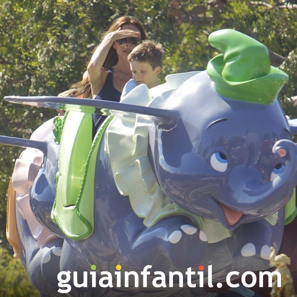 Vicky Beckham y sus hijos en Disneyland