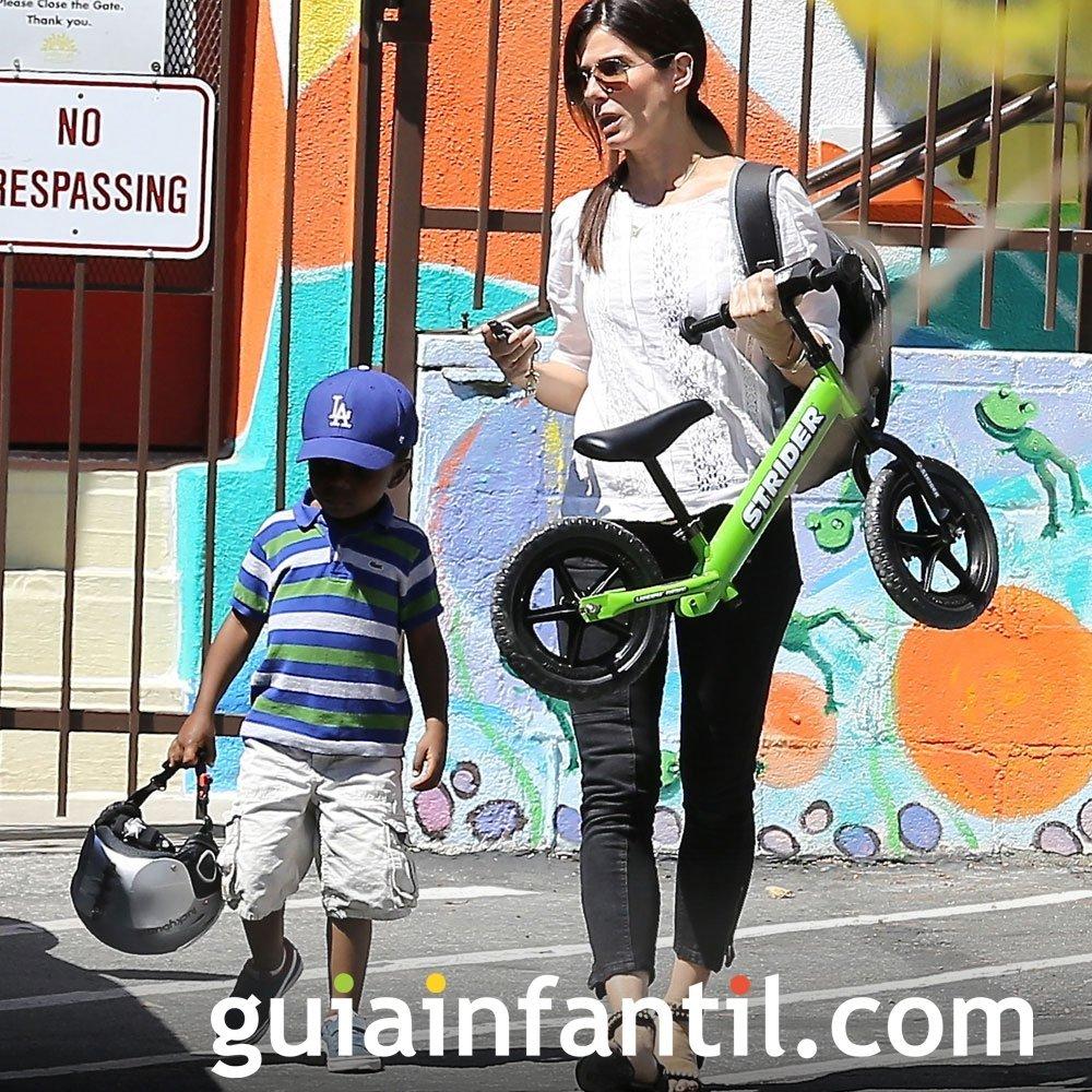 Sandra Bullock monta en bicicleta con sus hijos