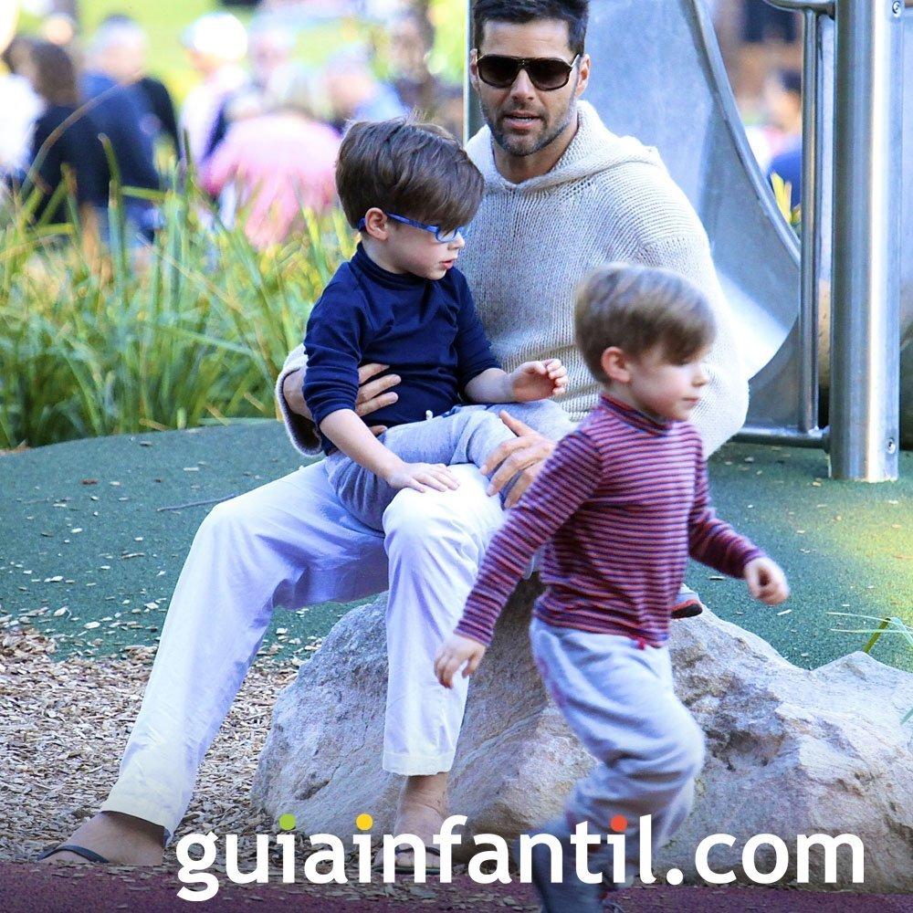 Ricky Martin en el parque de juegos con sus hijos