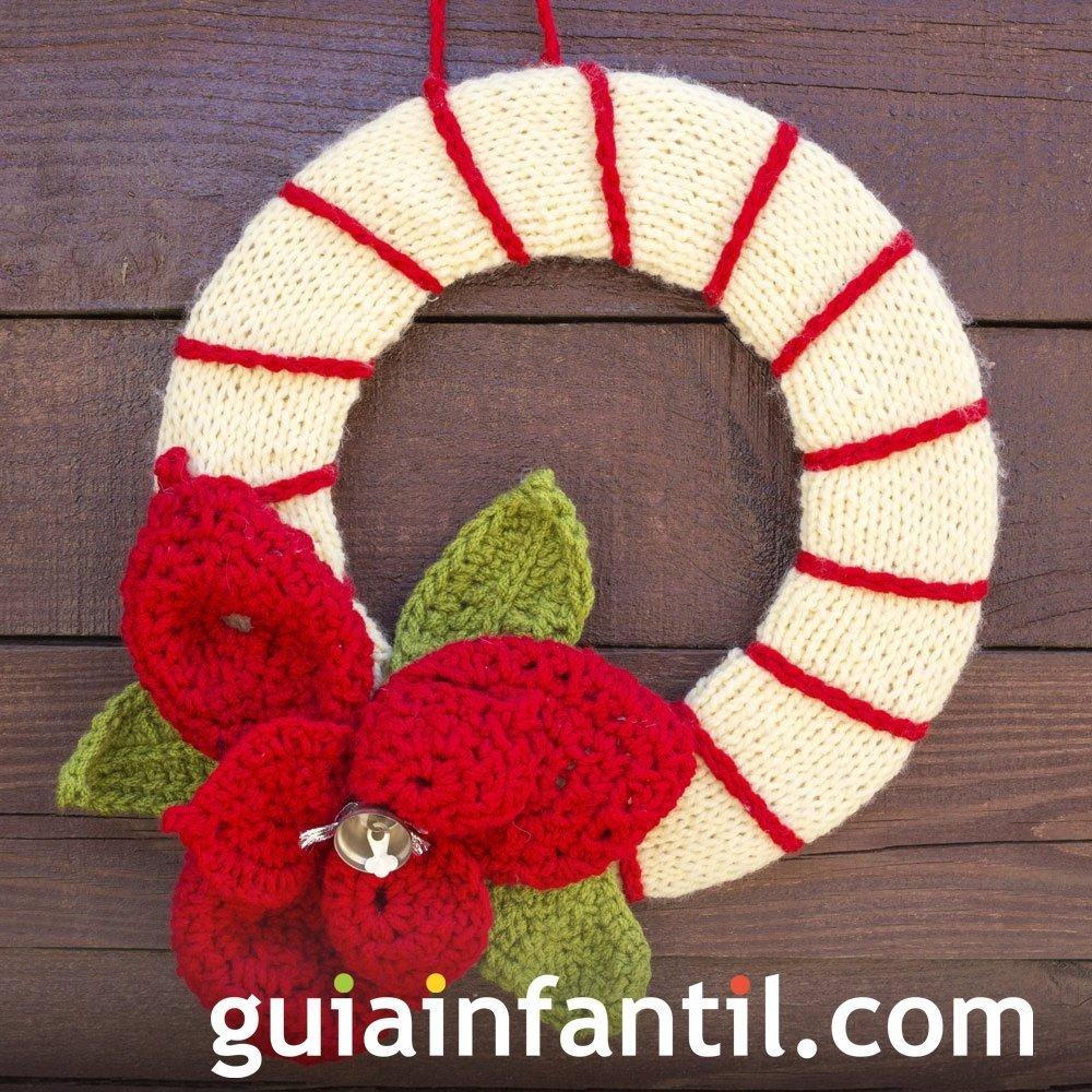 Corona navideña con flor de pascua en crochet