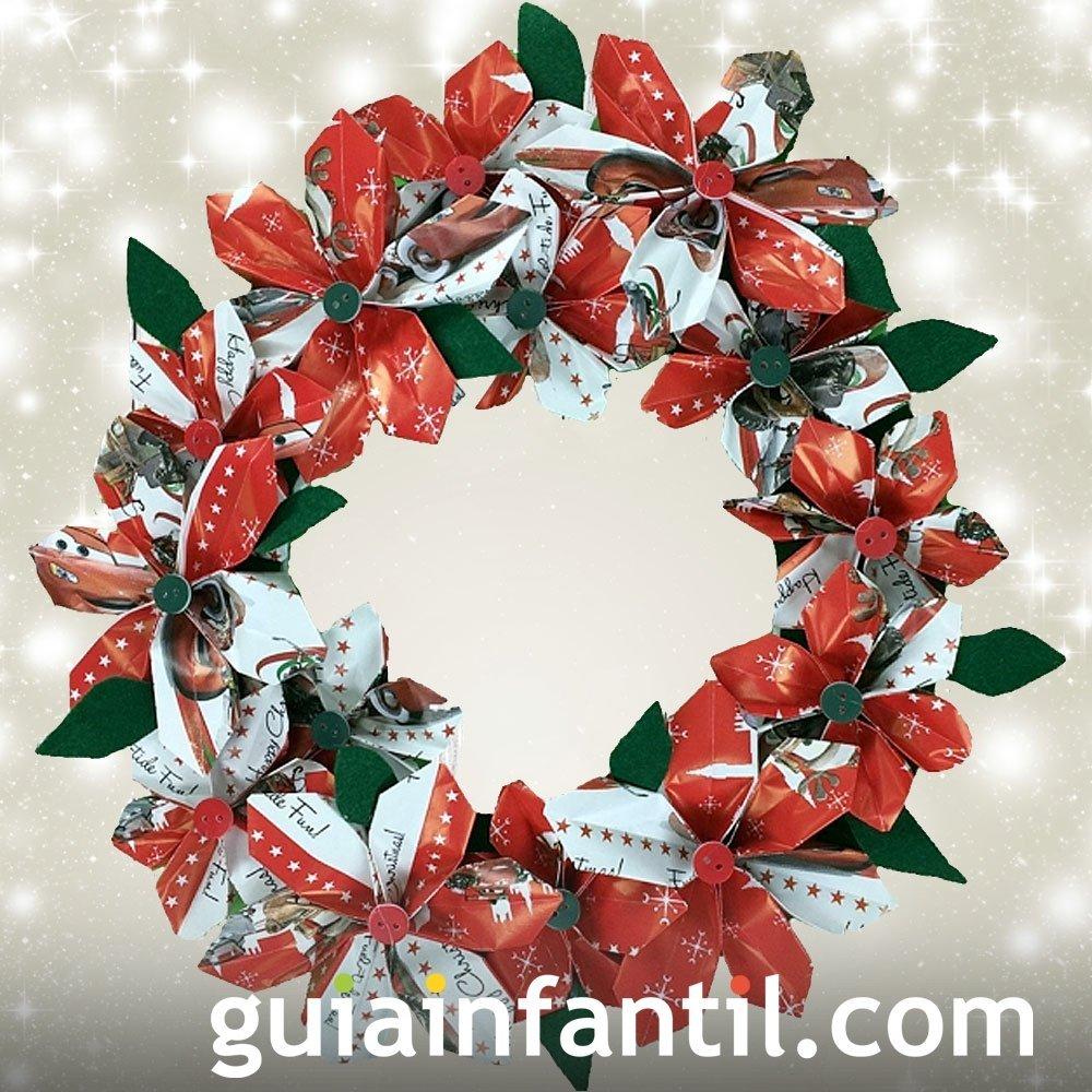 Corona de Navidad hecha de papel de regalo