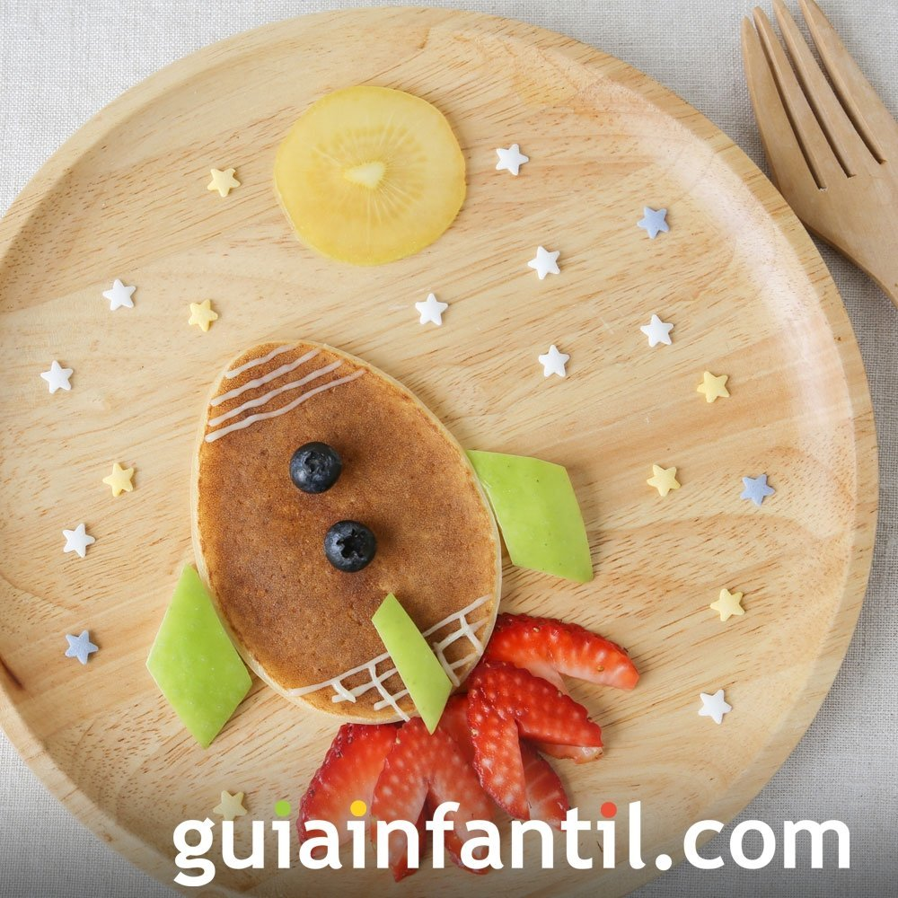 Nave espacial hecha con panqueque y fruta