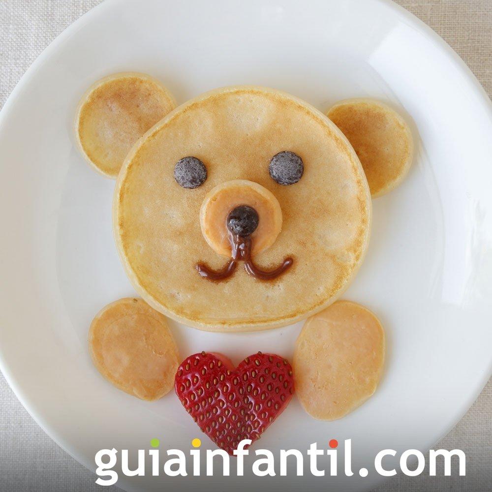 Oso con corazón hecho con tortitas y frutas