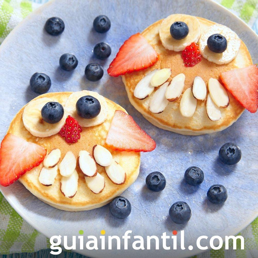 Búhos de panqueque, fruta y almendras