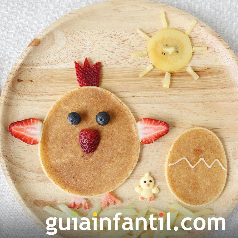 Un gallo y un huevo hechos de crepe