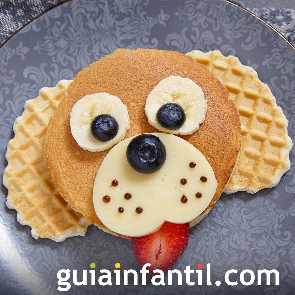 Perro hecho de tortita, frutas y queso