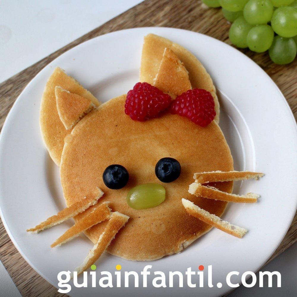 Gatita Kitty de panqueque y frutas