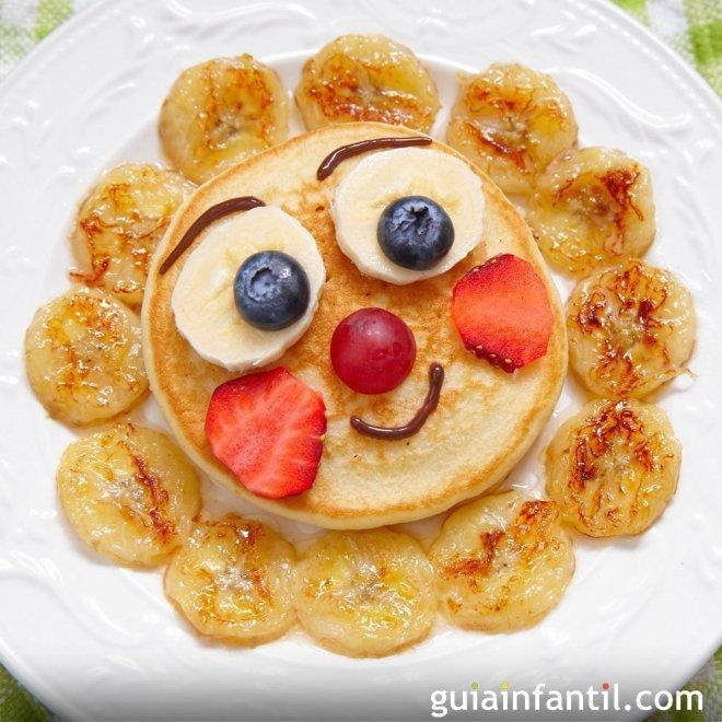 Crepe con forma de flor y plátano frito