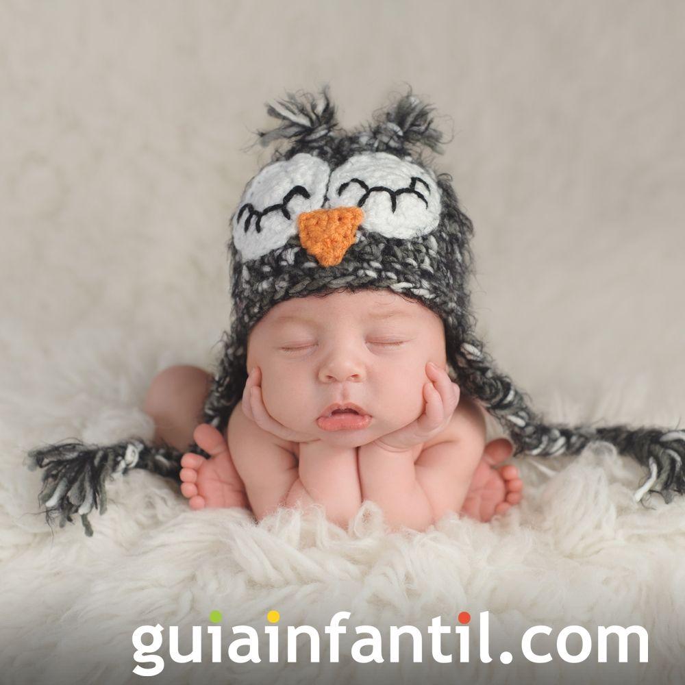 Un bebé con gorrito de crochet