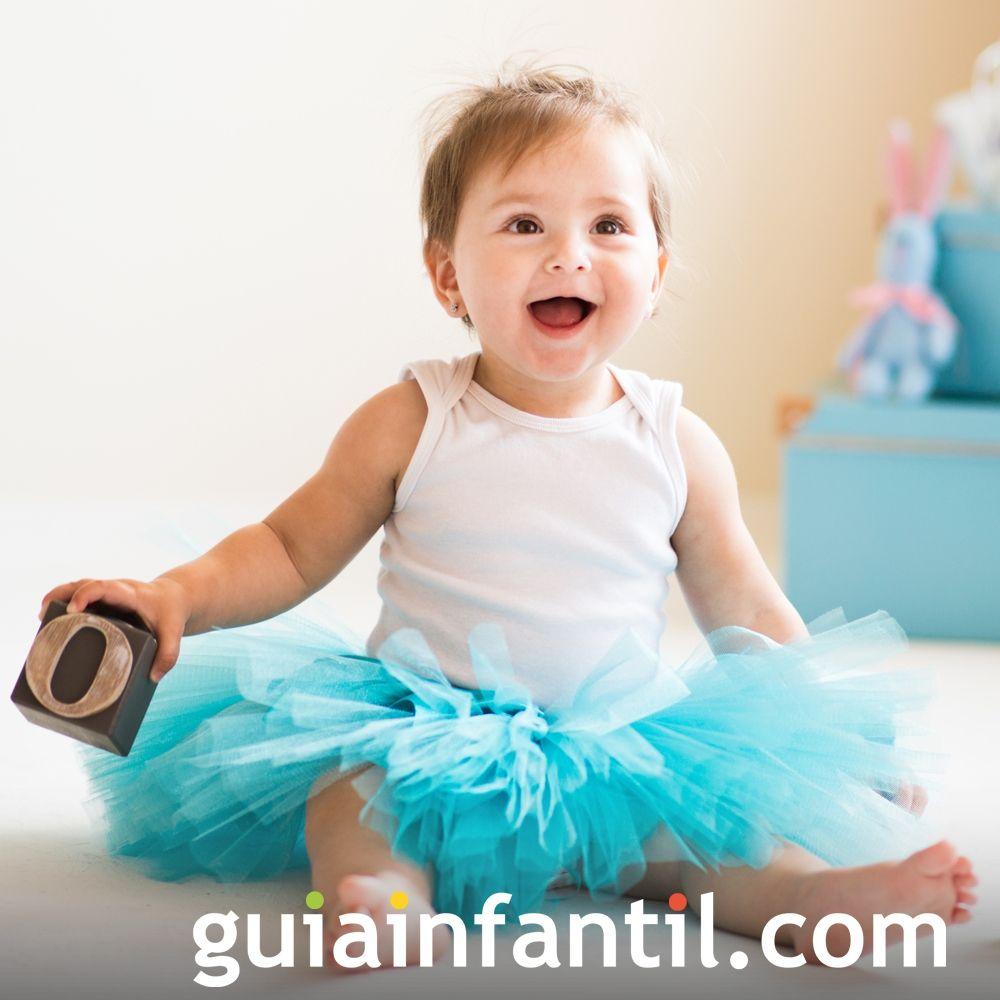 Una bebé jugando y riendo