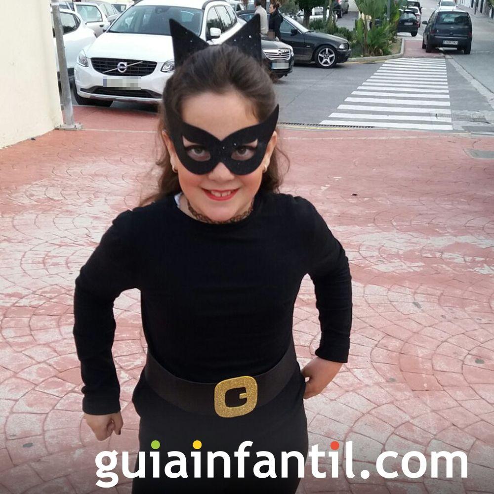 Un divertido disfraz infantil de Catwoman para Halloween