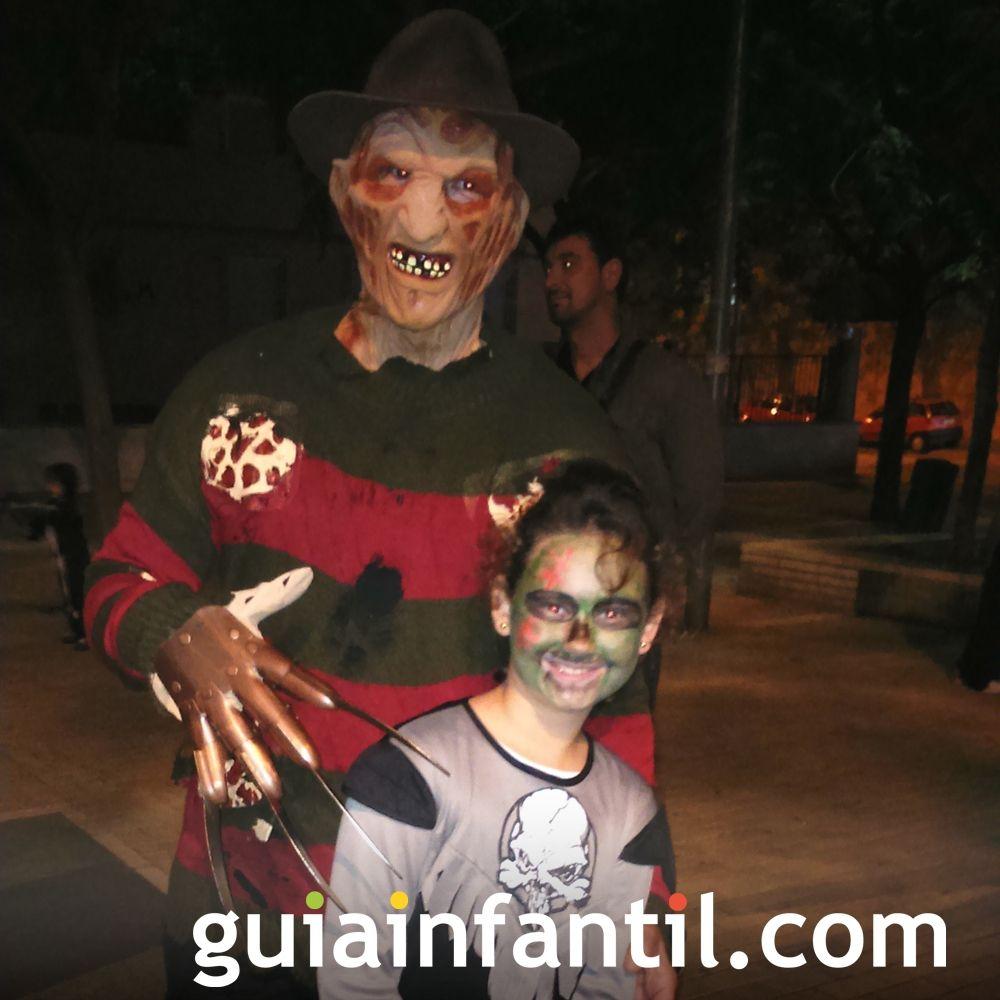 Freddy Krueger y una niña disfrazada de zombi ¡Terrorífico!